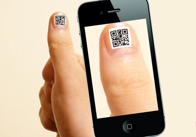 A QR code on the QR code nail jell sticker is being read using smartphone applications.